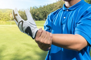 Golfer with wrist pain